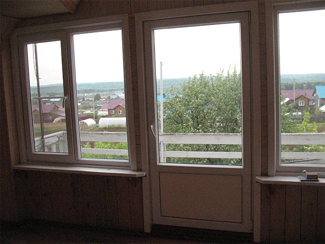 окна на фронтоне дома